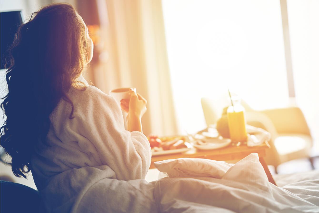 Chica en cama hotel