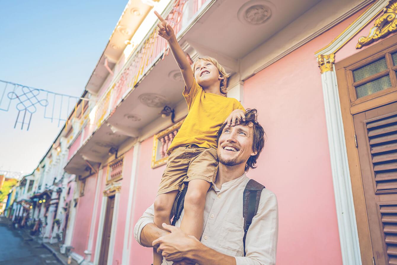 Padre con su hijo visitando ciudad